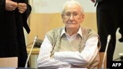 Оскар Ґренінґ чекає на початок судового засідання, 21 квітня 2015 року