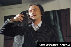 Сцена из спектакля «Отель». Актер Арлан Касиманов. Алматы, 18 марта 2015 года.