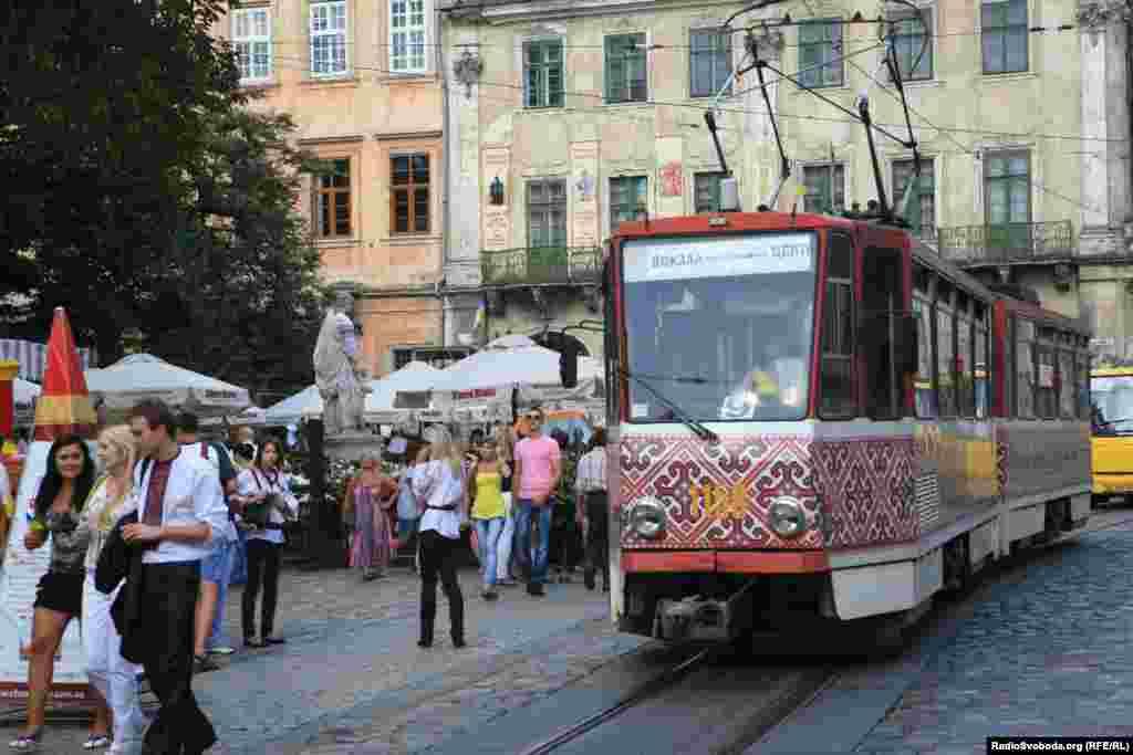Львівський трамвай до свята також «одягли» у вишиванку