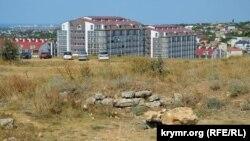 На переднем плане – развалины древней постройки, август 2019