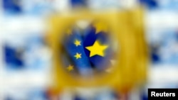 Aleksandar Popov: Nekad se ponašamo tako kao da se EU priključuje nama, a ne mi Uniji (na fotografiji: zastava Evropske unije pod uvećalom)