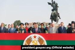 Actualul și fostul lider al administrației separatiste de la Tiraspol, Vadim Krasnoselski și Igor Smirnov, la parada militară, 2 septembrie 2019