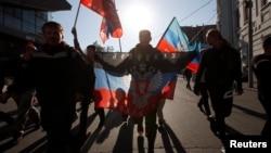У неділю у Москві було й кілька людей із прапорами «ДНР»