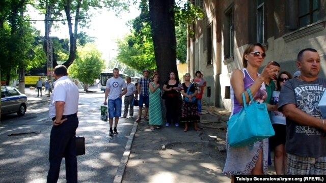 Эвакуация людей, перекрытые дороги, работа взрывотехников - в Симферополе  водителю показалось, что его машина заминирована фото 1