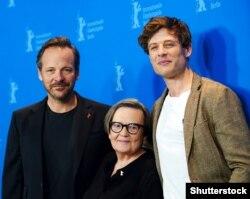Зліва направо: американський актор Пітер Сарсґаард, польська режисерка Аґнєшка Холланд і британський актор Джеймс Нортон під час кінофестивалю «Берлінале», на якому представили фільм «Mr. Jones» («Ціна правди»), Берлін, 10 лютого 2019 року