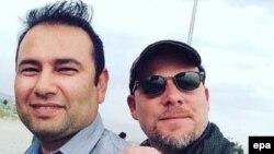 Լրագրող Դեյվիդ Ջիլքին (աջից) և թարգմանիչ Զաբիհուլա Թամանան, Աֆղանստան, հունիս, 2016թ․