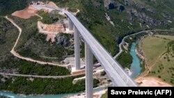 Черногорияның Бар қаласын Сербиямен жалғайтын жатқан күре жолдың Қытай несиесіне салынып жатқан бөлігі. 11 мамыр 2021 жыл.