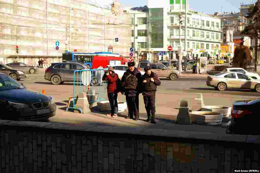 Фотокореспондент і поліцейські, які спостерігали за тим, що відбувається