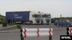 Кыргыз-казак чек арасындагы бажыканадан күнүгө жүздөгөн тонна товар өтөт