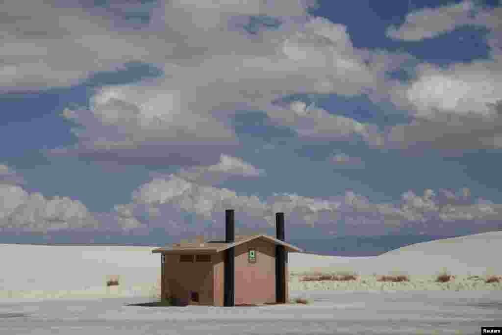 Туалетны блёк сярод пяскоў у парку нацыянальных помнікаў у Нью-Мэксіка, ЗША.