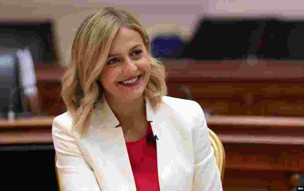 МАКЕДОНИЈА - Новата министерка за финансии Нина Ангеловска ја презеде функцијата. Премиерот Зоран Заев на Фејсбук напиша дека нејзе и на нејзината заменичка им дава целосна поддршка за работа со државната каса.