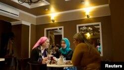 Женщины в кафе в Грозном (иллюстративное фото)