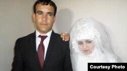 Зафар Пиров и Раджабби Хуршед в день свадьбы. Фото из семейного альбома