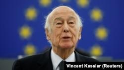 Valery Giscard d'Estaing vorbind în fața Parlamentului European la a zecea aniversare a monedei comune, Strasbourg, Franța, 13 ianuarie 2009