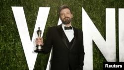 """Бен Аффлек с врученной ему статуэткой на церемонии премии """"Оскар"""". Лос-Анджелес, 25 февраля 2013 года."""