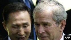 جورج بوش رییس جمهوری آمریکا و همتای کره ای اش، لی ميونگ باک(عکس: AFP)