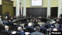Armenia - Prime Minister Karen Karapetian chairs a cabinet meeting in Yerevan, 25May2017.