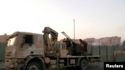 """""""Ирак және Шам ислам мемлекеті"""" ұйымының содырлары Тикрит көшелерінде жүр. Ирак, 11 маусым 2014 жыл."""