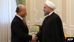 МАГАТЭ басшысы Юкия Амано (сол жақта) мен Иран президенті Хассан Роухани.