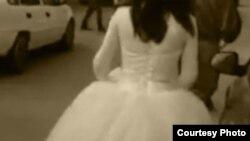 Молодой узбек в костюме Снегурочки. Скриншот видео из Интернета.