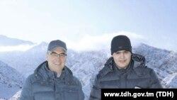 Гурбангулы Бердымухаммедов прогулялся со своим внуком Керимгулы у подножия Копетдага. Фото государственного информагентства ТДХ