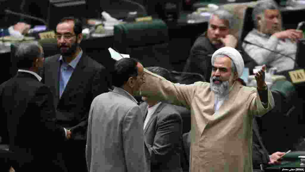 روحالله حسینیان پس از اینکه علیاکبر صالحی را تهدید به مرگ کرد، در بیمارستان بستری شد.