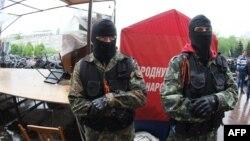 Пророссийские активисты у здания областной администрации в Донецке