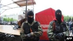 Орусиячыл жикчилдер Донецкидеги облустук администрациянын жанында күзөттө турушат. 2-май