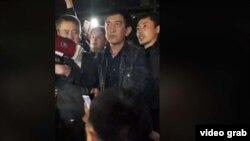 Ринат Зайытов полиция департаменті жанына жиналғандар алдында сөйлеп тұр. Алматы, 10 маусым 2019 жыл.