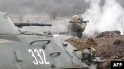 Pamje gjatë një ushtrimi të pjesëtarëve të ushtrisë së Ukrainës në pjesën lindore të këtij vendi