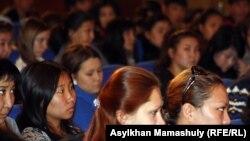 Жазушылар одағы ғимаратында өткен ресми шараға қатысып отырған студенттер. Алматы, 16 қазан 2012 жыл. (Көрнекі сурет)