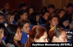 Жазушылар одағында отырған студенттер. Алматы, 16 қазан 2012 жыл. (Көрнекі сурет)