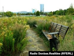 Скамейки в парке у «Донбасс-Арены»