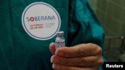Медсестра показывает дозу вакцины Soberana-02 COVID-19, которая будет использоваться добровольцем в испытании фазы III экспериментальной кубинской вакцины-кандидата от болезни COVID-19 в Гаване, Куба, 31 марта 2021 года.
