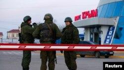 Вооружённые люди на пограничном пункте в порту города Керчь
