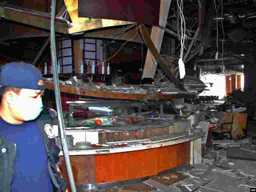По меньшей мере девять человек погибли и 48 человек получили ранения в результате взрывов в дорогих отелях в столице Индонезии Джакарте.