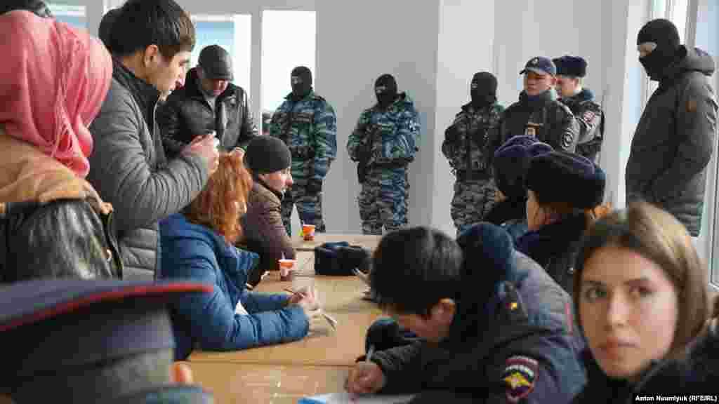 Они потребовали от участников заседания предъявить паспорта, угрожая, в противном случае, увезти всех в полицию