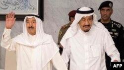 امیر کویت (نفر سمت چپ) دو هفته پیش برای میانجیگری بین قطر و کشورهای عرب منطقه با ملک سلمان پادشاه عربستان دیدار کرد.