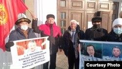 Абдылда Капаров тарапташтары менен Жогорку соттун имаратынын алдында. Бишкек, 16-декабрь, 2020-жыл.