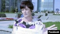 Азаматтық белсенді Наталья Уласиктің қарсылық акциясын өткізіп тұрған суреті.