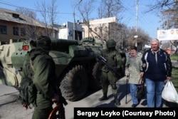Российские солдаты в центре Симферооля. 15 марта 2014 года