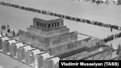 Очередь в Мавзолей Владимира Ленина на Красной площади