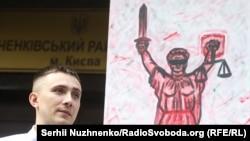 Сергій Стерненко 15 червня 2020 року під Шевченківським судом, який обирає йому запобіжний захід