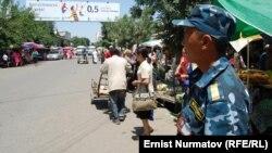 Ош шаарындагы борбордук көчөлөрдүн бири, 1-июнь, 2011.