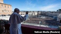 Папа Франциск виступає з Різдвяним посланням «Місту і світові» з балкона базиліки Святого Петра, Ватикан, 25 грудня 2018 року