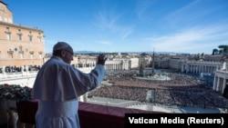 Папа римский Франциск выступает с обращением Urbi et orbi по случаю Рождества. 25 декабря 2018 года.