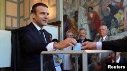 Президент Франции Эммануэль Макрон голосует на парламентских выборах, 18 июня 2017 года