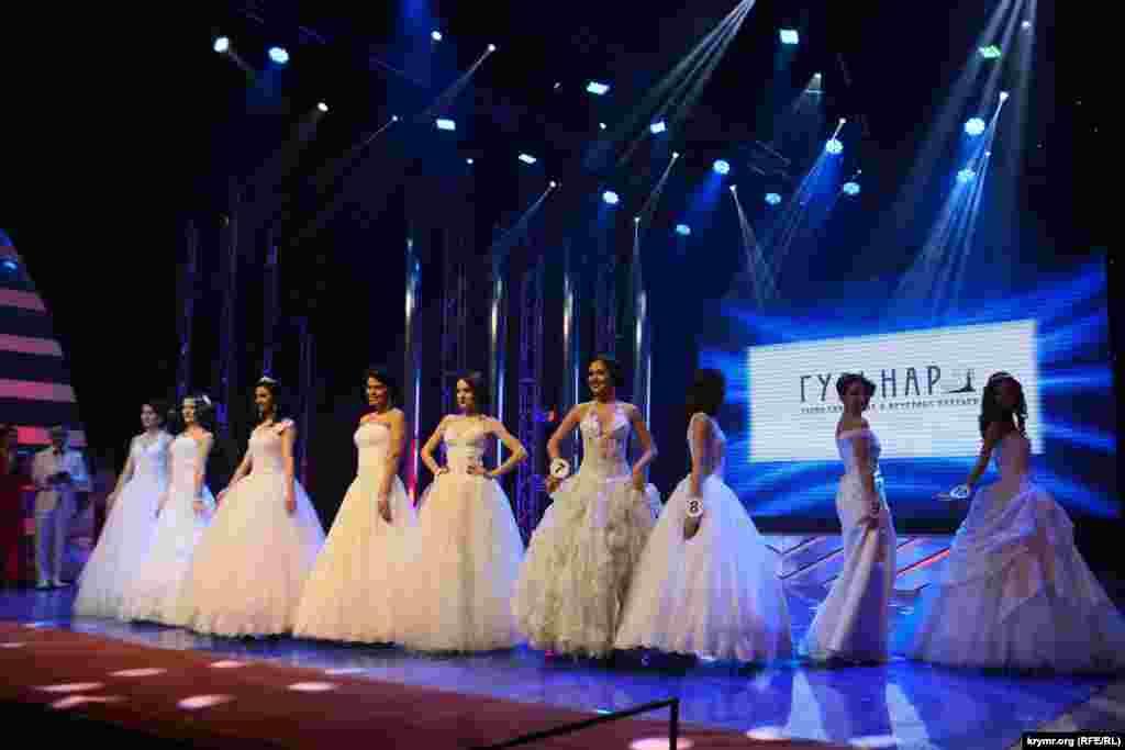 Участницы конкурса в свадебных платьях