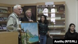 Владимир Поляков Камил Аметовка кырымтатар авылы сурәтен бүләк итә