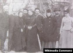 Толстые: Сергей, Андрей, Татьяна, Лев-младший, Софья Андреевна, Михаил, Мария, Илья, Александра. Около 1900